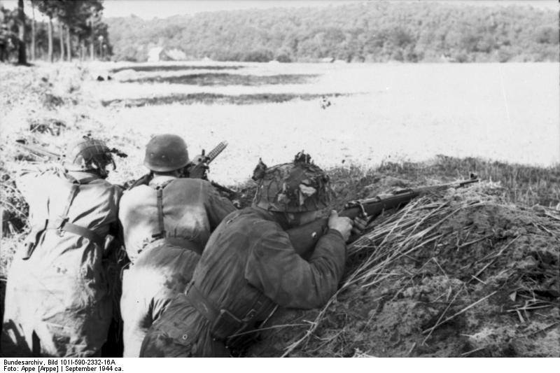 Wrzesień 1944 - Fallschirmjäger scan the horizon for Allied troops near Oosterbeek..jpg